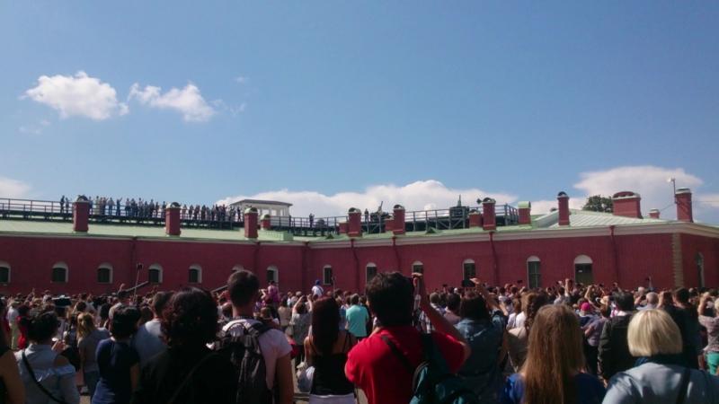 Развлечения Петроградской стороны. Кому мосты смотреть с Дворцовой набережной, а кому и двенадцатичасовой выстрел - развлечение.