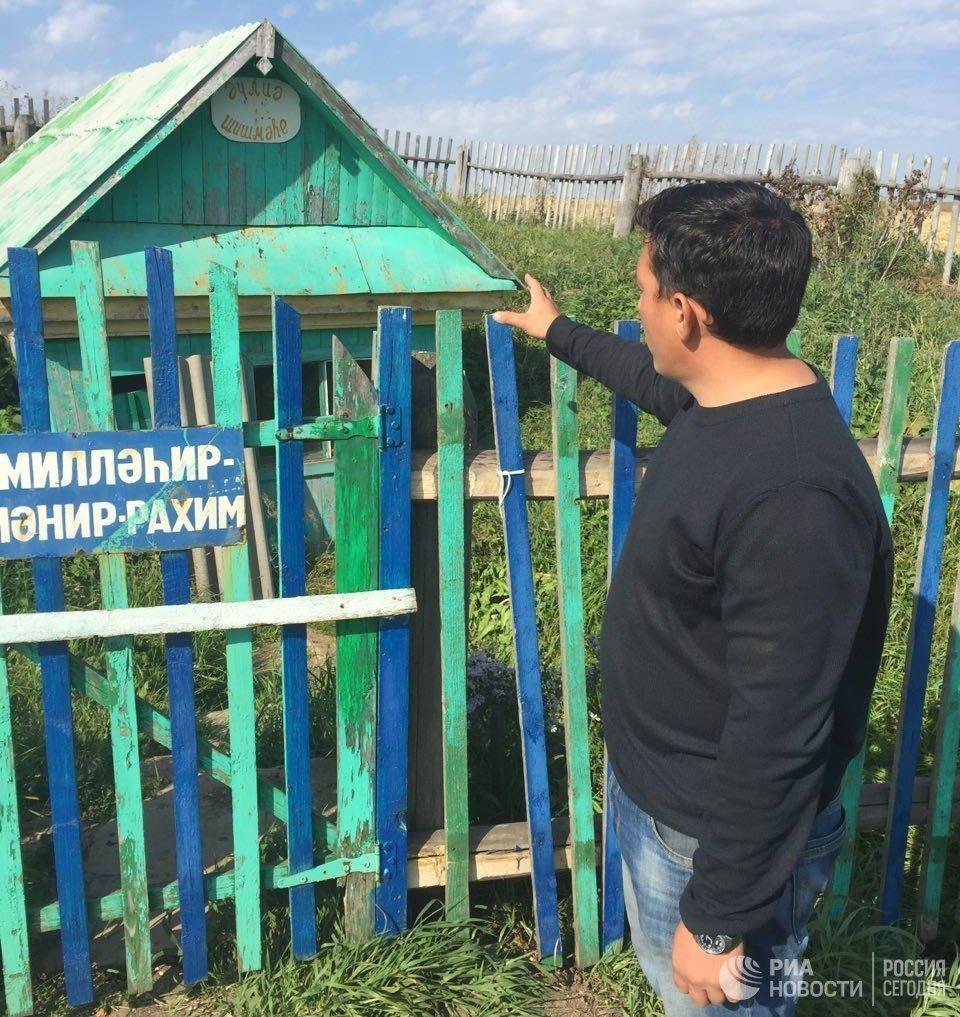 Глава Уктеевского сельсовета Ильшат Мударисов показывает родник