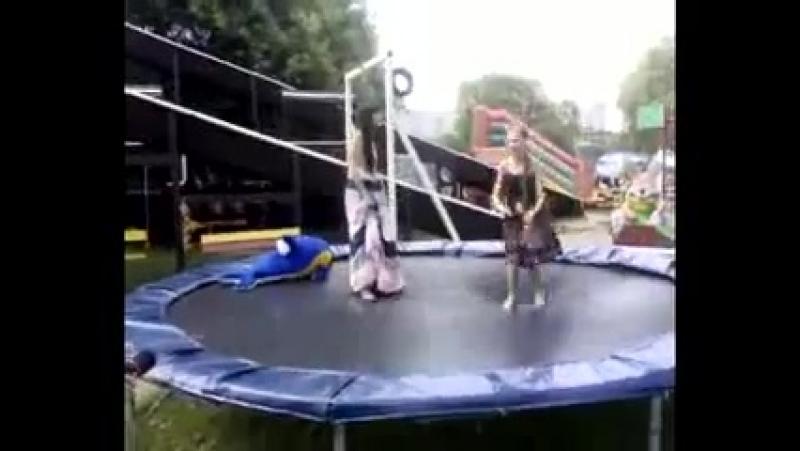 Настя Сиваева и Лиза Арзамасова прыгаем на батуте в Серебрянном бору