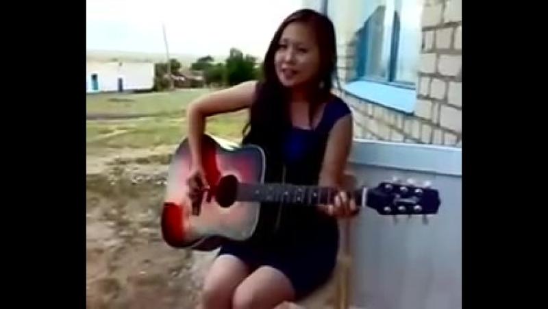 Девушка классно поет песню под гитару
