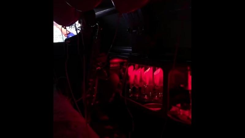 свидание в лимузине под звуки саксафона