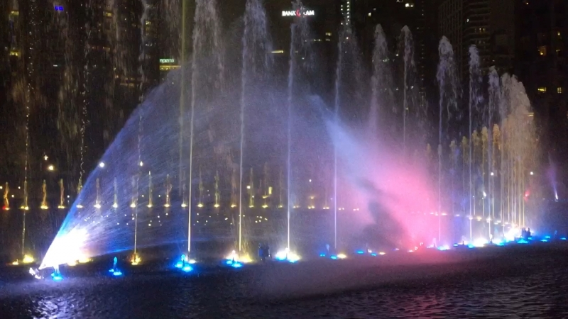 Танцующие фонтаны рядом с башнями Петронас