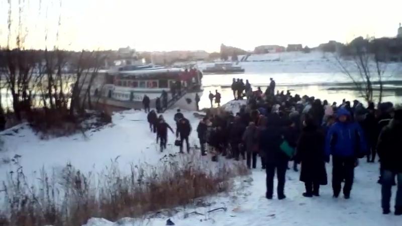 Жесть 19.01.18 переправа Тумботино-Павлово (500 человек на берегу)