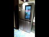 Холодильник с зеркальной передней панелью, которое становится прозрачным,  если по нему постучать дважды.