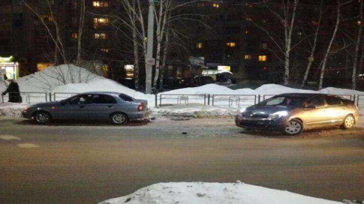 В Томске Toyota врезалась в Chevrolet, пострадал маленький ребёнок