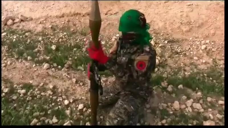 Guerilla-Truppe posiert mit Antifa-Fahne – httpwahr.tv1264