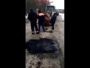 Дорожники Белгородской области клали асфальт прямо на снег. Зато, когда их спросили, чем занимаются, они откровенно признались -