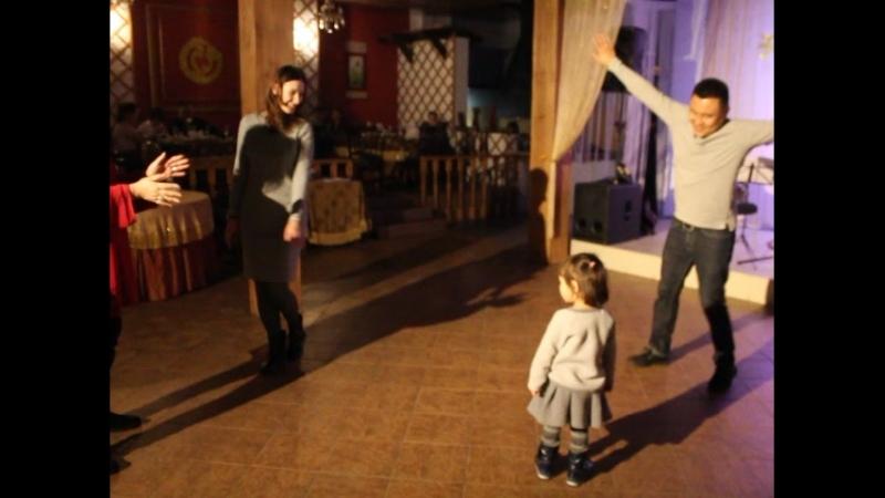Все танцуем калмыцкие танцы на Цаhан Саре в ресторане Алдын-Булак