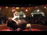 Девушка отжигает на механическом быке