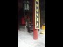 Знаменитые выбоины в полу от ног при тренировках монахов, в одном из павильонов Шаолиня