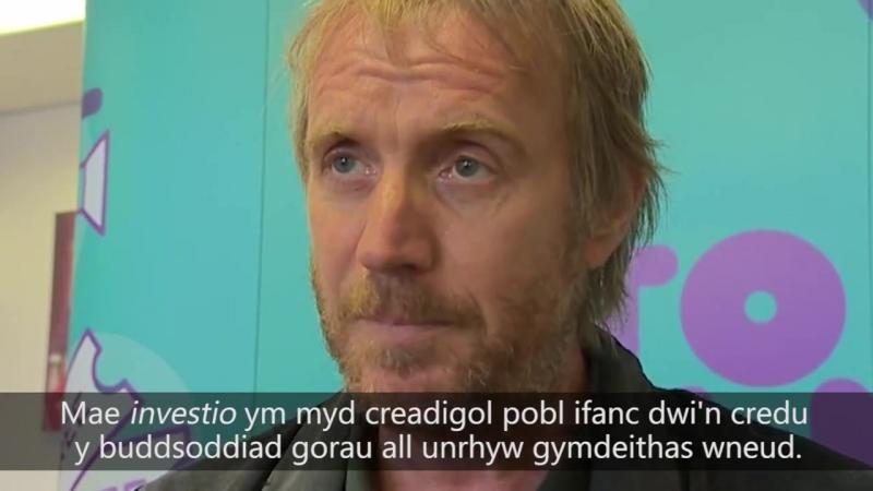 Rhys Ifans: 'Byth digon o gyfleon' i'r Gymraeg