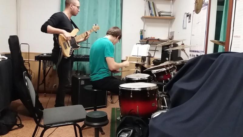 Скоро концерт Rhythm произносить с нигерским акцентом секция Вокалист сэмплер и гитарист как правило заняты