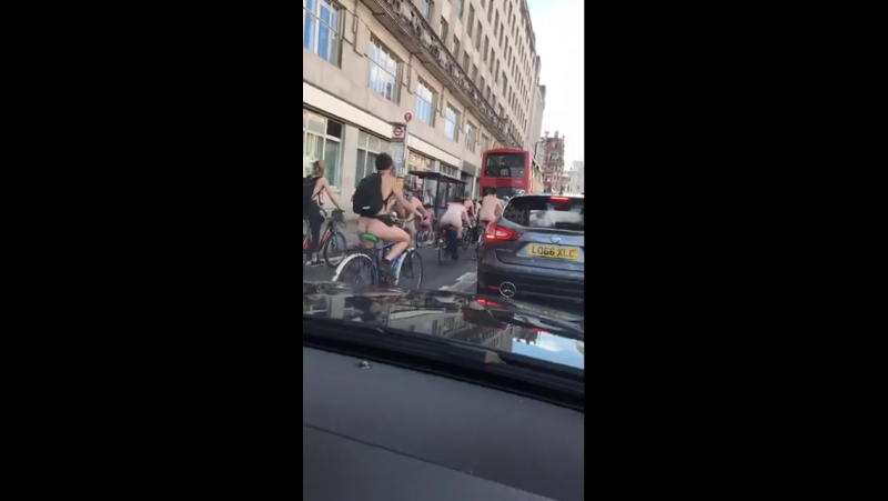 2017-06-10 UK Londra Florin Bacrita prezinta manifestatia biciclistilor fara haine