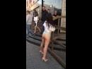 пьяная девушка показала попу