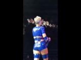 Кэти Перри во время выступления пнула в фанатку мяч