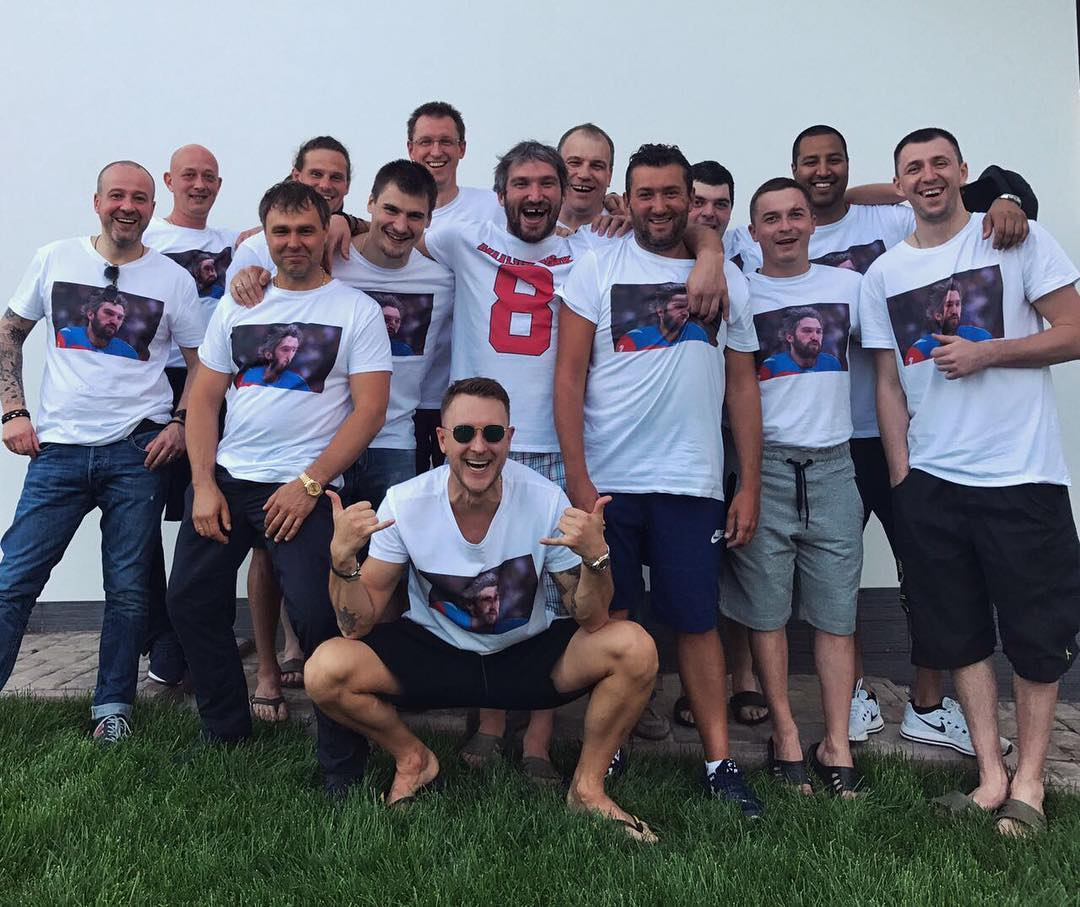 парни в футболках с александром овечкиным