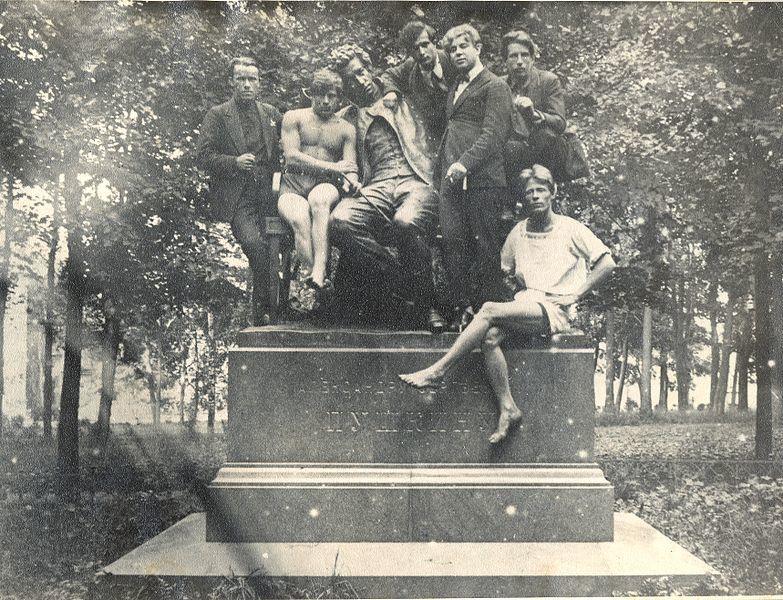 Поэт Сергей Есенин (третий справа) в компании студентов на памятнике А.С. Пушкину