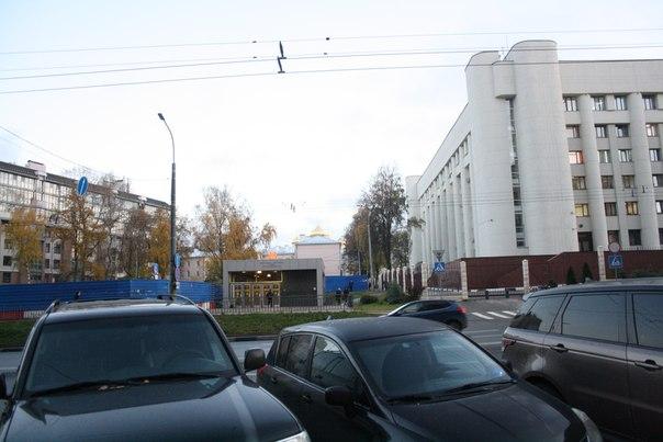 Синий забор — особенность Нижнего Новгорода. Брошенные пустыри строек прямо в центре города воспитывают терпение у людей и безысходность неразвивающегося, застарявшего в нищите Нищего Новгорода. #НищийНовгород