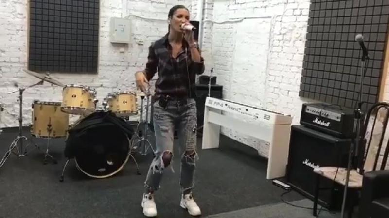 Ольга Бузова доказала подписчикам, что может петь и без фанеры.