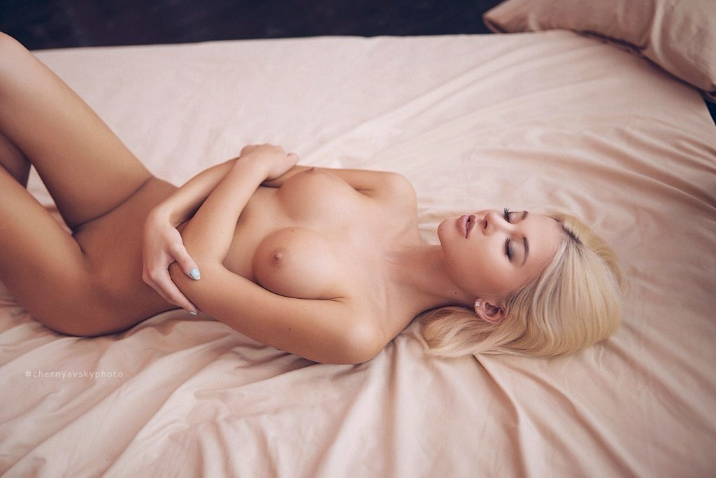 Sexy masseuse sucks a hard clients cock