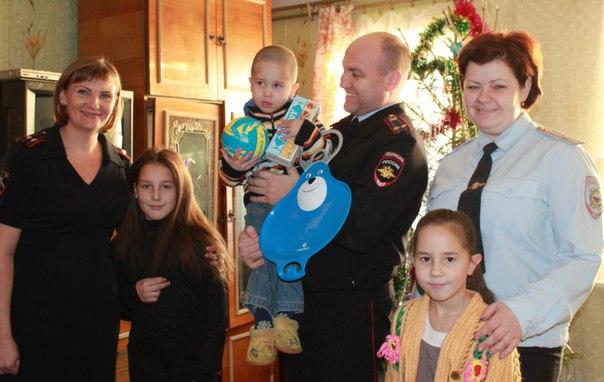 Усть-Илимские полицейские поздравили с наступающим Новым Годом детей из многодетных семей