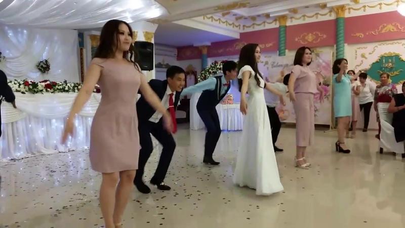 Калмыцкий танец жениха и невесты! Басана и Эльвег - красивая, приятная в общении и классно зажигающая пара! БРАВО!