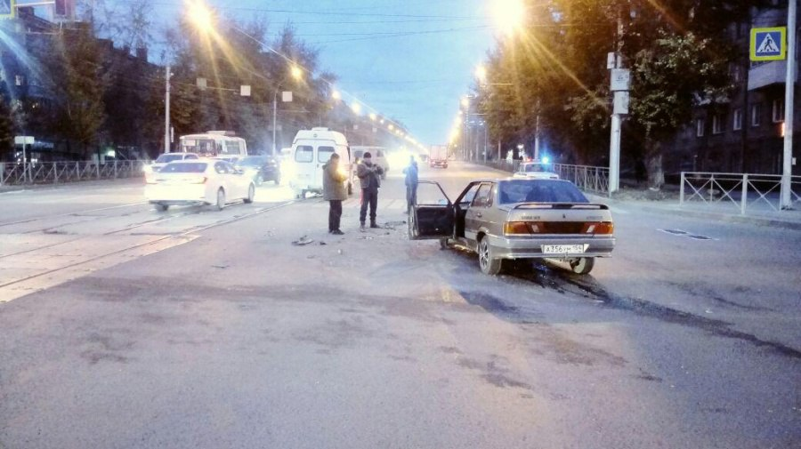 Появились фото ДТП в Новосибирске, где ВАЗ протаранил машину «скорой помощи» с тяжелым пациентом внутри