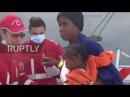 Италия Сотни мигрантов прибывают в Палермо после того как Испанское судно вывело их на берег