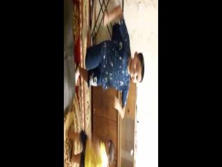 Алисултан и Абзал ағасы танцуют