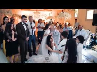 братья и сестра спели песню сестре на свадьбе