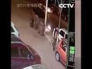 В Китае мужчина избежал смерти дважды за десять секунд