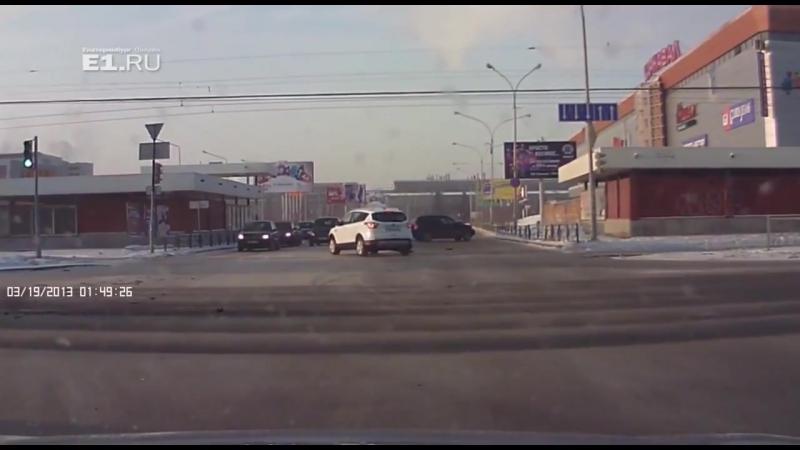 Возле Карнавала Volkswagen вылетел на красный свет и протаранил Ford