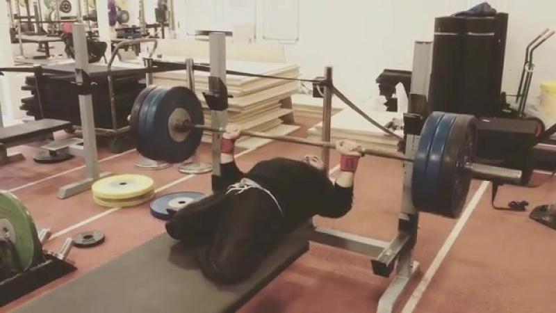 Али Джавад жмет 140 кг на 5 раз