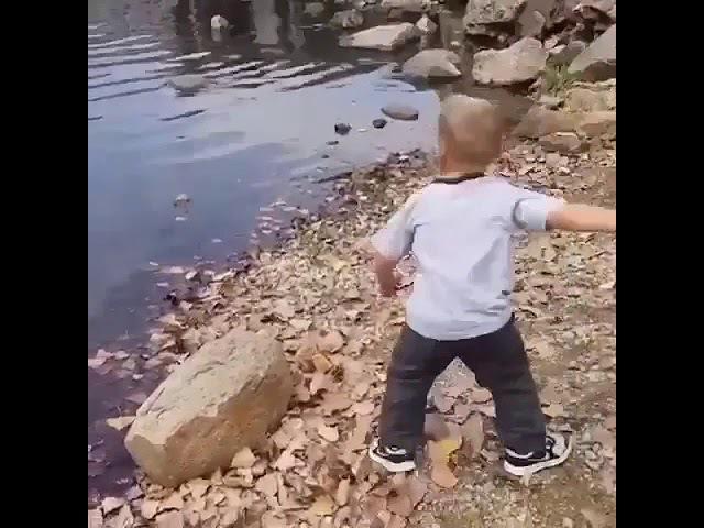 Мальчик бросил камень на камеру