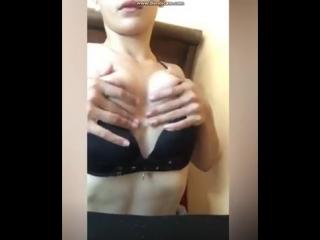 Девушка показала свою грудь на веб камеру — img 3
