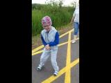 Виолетта самостоятельно ходит по ровной поверхности на улице.