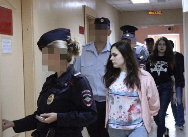 Довольную улыбку не смогла сдержать в суде одна из хабаровских живодерок