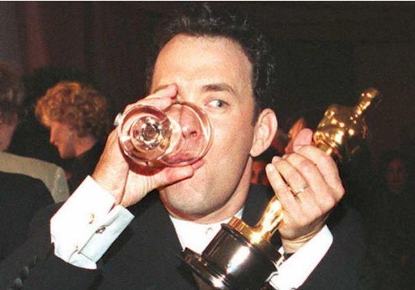 Том Хэнкс страстно отмечает свой второй «Оскар» за «Форреста Гампа»