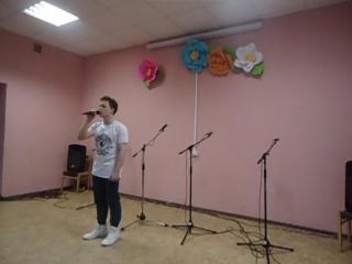 Сергей исполняет песню Олега Газманова