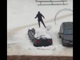 Как правильно чистить машину от снега
