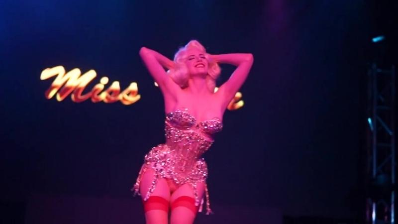 Miss Tosh - Signature Peeling Burlesque Act - Live at Globe Theater Hamburg Bu