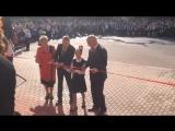 Разрезание ленточки на открытии нового корпуса школы в поселке Володарского