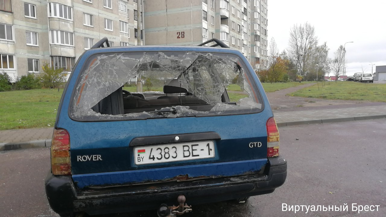 На ул. Луцкой припаркован полностью разбитый автомобиль