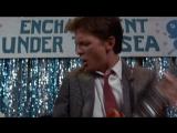 Марти МакФлай в 1955 году отжигает на гитаре песню Джонни Би Гуд. Момент из фильма Назад в будущее.