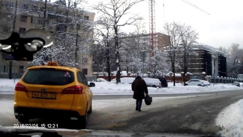 Таксист сбил девушку