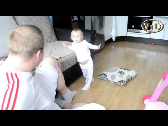 Дочка объясняет папе что он не прав. Убери подушку! Отец и дочь