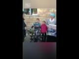 Дальнобойщики стоят неделями на границе. Бабушка решила их покормить.