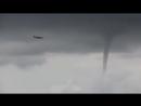 Самолет во время смерча летит на посадку в аэропорт Сочи