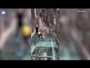 Китайские рабочие проверяют на прочность стеклянный мост