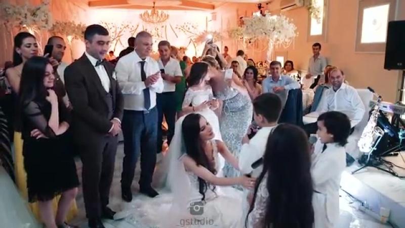 братья и сестра при на свадьбу песню